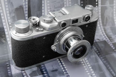 Macchina fotografica del telemetro dell'annata sopra la pellicola in bianco e nero Fotografie Stock