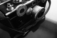 Macchina fotografica d'annata, in bianco e nero Fotografie Stock