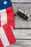 Macchina fotografica dell'annata e della bandiera americana, vista superiore Fotografia Stock Libera da Diritti