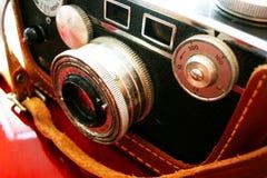 Macchina fotografica dell'annata sullo scrittorio della ciliegia Fotografia Stock Libera da Diritti