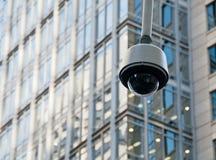 Macchina fotografica della cupola di sicurezza di sorveglianza del CCTV nel centro urbano immagine stock libera da diritti