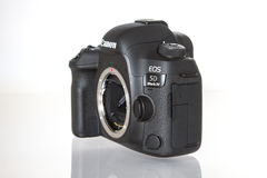 Macchina fotografica della foto di profesional DSLR del segno IV di EOS 5D di Canon su fondo riflettente bianco Fotografie Stock Libere da Diritti