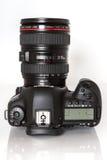 Macchina fotografica della foto di profesional DSLR del segno IV di EOS 5D di Canon su fondo riflettente bianco Immagini Stock Libere da Diritti