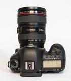 Macchina fotografica della foto di profesional DSLR del segno IV di EOS 5D di Canon su fondo riflettente bianco Fotografia Stock