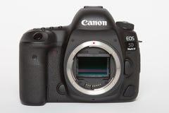 Macchina fotografica della foto di profesional DSLR del segno IV di EOS 5D di Canon su fondo riflettente bianco Fotografie Stock