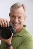 Macchina fotografica della holding dell'uomo Fotografia Stock