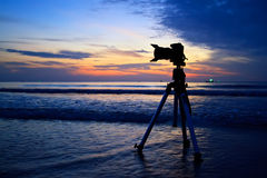 Macchina fotografica della siluetta sulla spiaggia Immagini Stock
