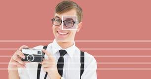 macchina fotografica della tenuta dell'uomo con il dettaglio della scatola del fuoco dell'occhio sopra i vetri e le linee Immagini Stock Libere da Diritti