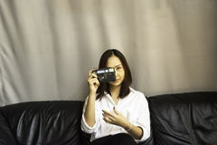 Macchina fotografica della tenuta della donna fotografia stock libera da diritti