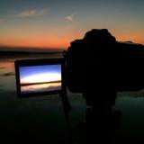 Macchina fotografica dello schermo che prende un'immagine del bacino idrico Immagini Stock Libere da Diritti