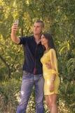 Macchina fotografica dello smartphone del selfie di due giovani delle coppie 20 Fotografia Stock Libera da Diritti