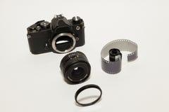macchina fotografica di 35mm e rotolo della pellicola Fotografia Stock