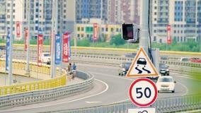 Macchina fotografica di controllo di velocità del radar sulla strada con il segno limite di velocità archivi video