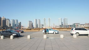 Macchina fotografica di cottura davanti al quadrato di Xinghai, Dalian, Cina stock footage