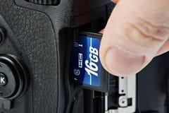 Macchina fotografica di deviazione standard e di DSLR del flash card Fotografia Stock Libera da Diritti