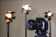 Macchina fotografica di Digital SLR e tre riflettori con le lenti di Fresnel Lente intercambiabile manuale per filmare Fotografie Stock Libere da Diritti