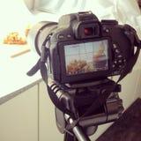 Macchina fotografica di DSLR e messa a punto domestica semplice dello studio Fotografia Stock
