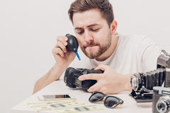 Macchina fotografica di pulizia del fotografo con il pulsometro polvere del ventilatore di mano Immagine Stock Libera da Diritti