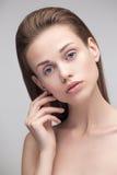 Macchina fotografica di sguardo di modello della giovane donna graziosa Fotografia Stock