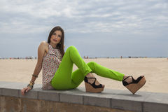 Macchina fotografica di sguardo di modello sulla spiaggia Fotografie Stock Libere da Diritti