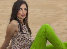 Macchina fotografica di sguardo di modello vicino alla spiaggia Fotografie Stock Libere da Diritti
