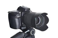 Macchina fotografica di SLR sul treppiede isolato su bianco Fotografia Stock
