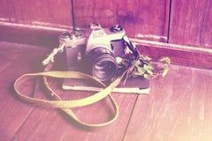 Macchina fotografica di vecchio stile con il diario su un pavimento di legno, foto e del instagram fotografie stock libere da diritti
