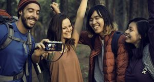 Macchina fotografica di viaggio di trekking della destinazione del ritrovo di amicizia della gente immagini stock