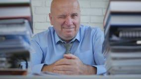 Macchina fotografica di Wink Smiling In Front Of di gesto di Make Funny Eye dell'uomo d'affari immagini stock