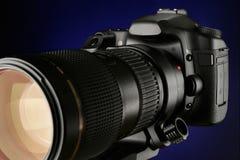 Macchina fotografica digitale di SLR con il tele obiettivo di zoom della foto Fotografie Stock Libere da Diritti