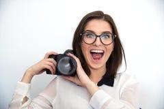 Macchina fotografica divertente della tenuta della donna Immagine Stock
