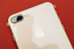 Macchina fotografica doppia più di IPhone 7 che unboxing due obiettivo e plastica f Immagini Stock Libere da Diritti