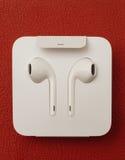 Macchina fotografica doppia più di IPhone 7 che unboxing le nuove guanacaste Airpods di Apple dentro Fotografia Stock