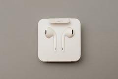 Macchina fotografica doppia più di IPhone 7 che unboxing le nuove guanacaste Airpods di Apple dentro Immagini Stock