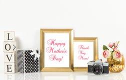 Macchina fotografica dorata dell'annata dei fiori delle rose delle cornici Fotografia Stock