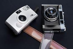 Macchina fotografica e pellicola fotografica del telemetro di due annate Immagini Stock
