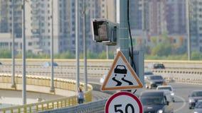 Macchina fotografica e segni di controllo di velocità del radar sulla strada video d archivio