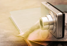 Macchina fotografica e vecchie foto Fotografia Stock