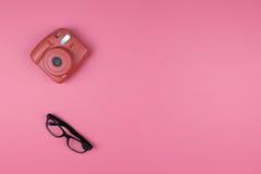 Macchina fotografica e vetri su un fondo rosa Modo di concetto principale vi Immagine Stock Libera da Diritti