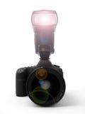 Macchina fotografica (fuoco sul corpo di macchina fotografica/flash - obiettivo lasciato intenzionalmente blu immagine stock