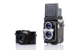 Macchina fotografica gemellata della lente dell'annata e una macchina fotografica compatta della nuova generazione Fotografie Stock Libere da Diritti