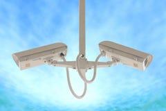 Macchina fotografica laterale gemellata di sicurezza isolata sul fondo del cielo blu Fotografia Stock