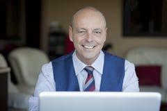 Macchina fotografica matura di Smiling At The dell'uomo d'affari Fotografia Stock