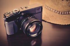 Macchina fotografica moderna con uno sguardo d'annata Immagine Stock