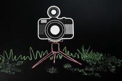 Macchina fotografica nera sull'illustrazione del treppiedi dal pastello fotografia stock