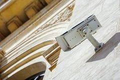 macchina fotografica o sistema di sorveglianza del CCTV di sicurezza riparato sul vecchio constru fotografia stock libera da diritti