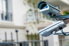 macchina fotografica o sistema di sorveglianza del CCTV di sicurezza con builiding privato sul fondo confuso fotografie stock libere da diritti