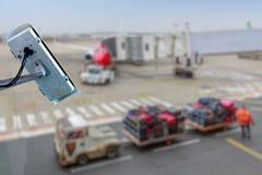 macchina fotografica o sistema di sorveglianza del CCTV di sicurezza con il catrame dell'aeroporto su fondo confuso fotografia stock