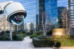 macchina fotografica o sistema di sorveglianza del CCTV di sicurezza con le costruzioni su fondo confuso fotografia stock libera da diritti