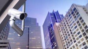Macchina fotografica o sistema di sorveglianza del CCTV sulle costruzioni della città fotografia stock libera da diritti